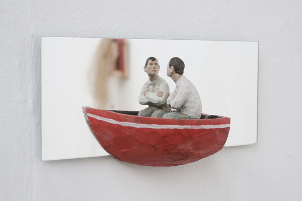 Spiegelkomposition - Mann im Boot  I  Lindenholz bemalt, Spiegel  I  Privatbesitz