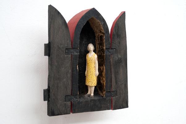Frau im Spitzbogenschrein  I  Tannenholz, bemalt