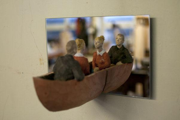 Spiegelobjekt - Zwei im Kahn  I  Lindenholz, bemalt, Spiegel  I  Privatbesitz