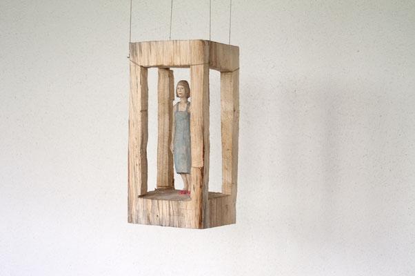 Frau in Architektur, Pappelholz bemalt, 2015 Privatbesitz