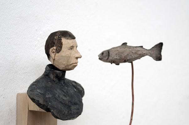 Mann einem Fisch hinterher blickend  I  Lindenholz bemalt  I  Privatsammlung