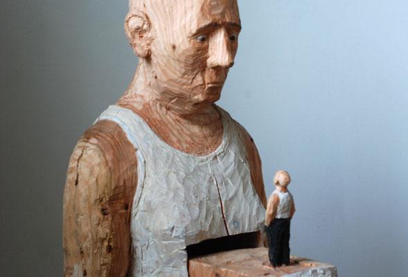 Mann mit Mann im Bauch, Lärchenholz bemalt 2014 Privatbesitz
