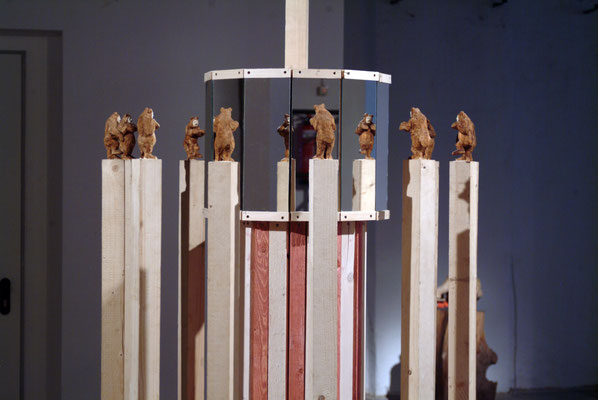 Bärenkarussel, Fichtenholz, bemalt, div. Material, 2012, Städtische Sammlung Würzburg ( Kulturspeicher)