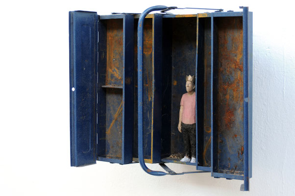 König im Werkzeugkasten  I  Lindenholz bemalt  I  Sammlung Kunstverein Frauenfeld