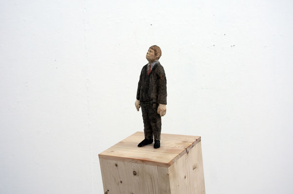 Mann auf kippendem Sockel  I  Fichtenholz bemalt  I  Privatbesitz