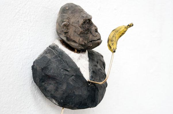 Gorilla, einer Banane hinterherblickend  I  Lindenholz, bemalt  I  Privatbesitz