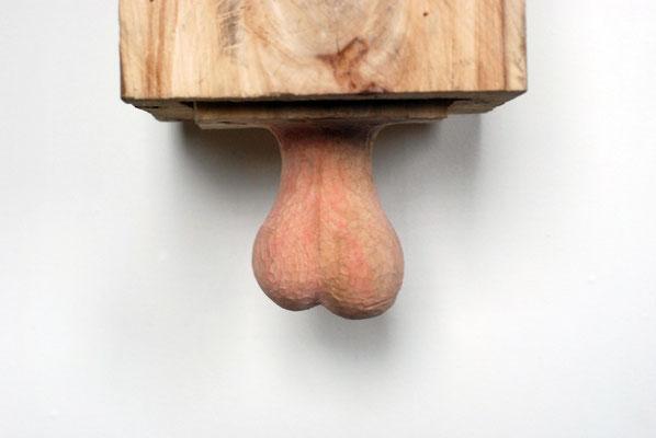 Kiste 13 - Bulle und Hoden, Ulmenholz bemalt, 2013 Privatbesitz