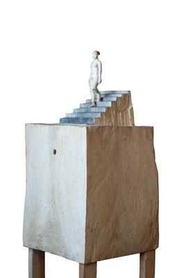 Kiste 18 - Akt eine Treppe hinabschreitend, Pappelholz bemalt, 2014 Privatbesitz