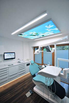 Beleuchtetes Deckenbild über dem Zahnarztstuhl