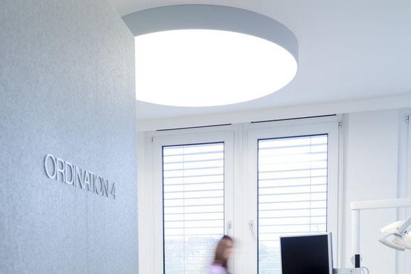 LED Deckenbildsystem einfarbig, als runde weiße Deckenlampe bzw. Deckenleuchte in der Zahnarzt-Praxis.