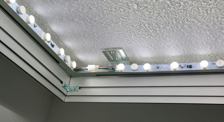 Mit den LED-Modulen wird das Deckenbild zur Lichtdecke ausgebaut.