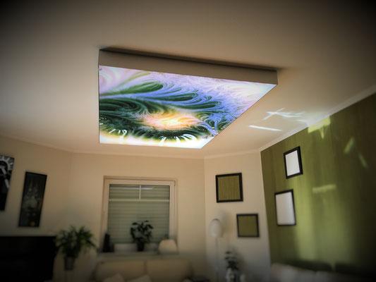 Ein beleuchtetes Deckenbild im Wohnzimmer