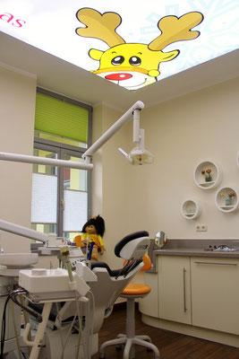 Beleuchtetes Zahnarzt Deckenbild Dr. Grünberg