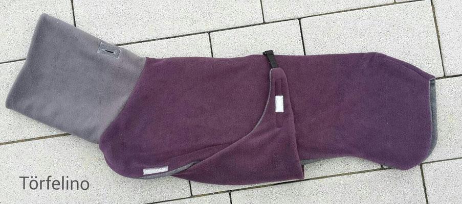 "Törfelino ""Cosy Coat"" in Pflaume-Brombeere Fleece mit Grauen Kragen und grauen Innensweat."