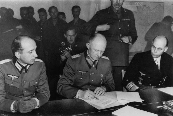 Генерал-полковник Альфред Йодль (в центре) подписывает капитуляцию Германии в штаб-квартире союзных войск в Реймсе в 02.41 местного времени 7 мая 1945 года