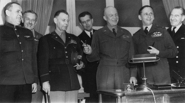 Представители командования союзников после подписания капитуляции Германии в Реймсе (Франция) 7 мая 1945 года