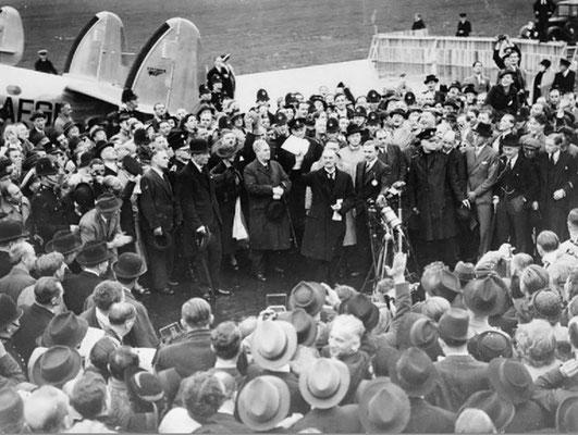Невилл Чемберлен выступает с краткой речью по прибытию в аэропорт Хестон 30 сентября 1938 после закрытия Мюнхенской конференции