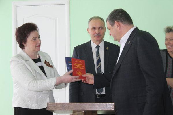 В фонд Горловского института иностранных языков переданы книги участников рязанской делегации о стратегиях и технологиях современного информационного противоборства.