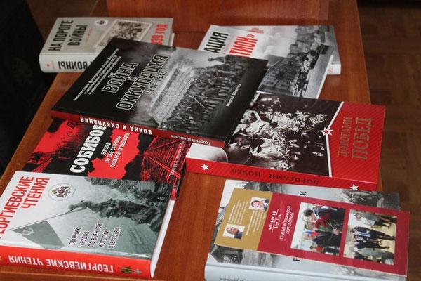 Книги РВИО, привезенные рязанской делегацией для Военно-исторического центра Горловского института иностранных языков