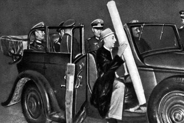 Генерал Кейтель (крайний слева) увозит с совещания в Мюнхене карту чехословацких земель, отторгаемых фашистской Германией. 1938 г.