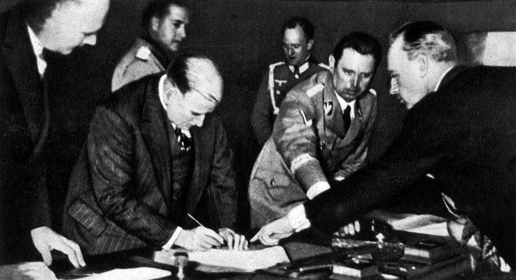 Риббентроп указывает премьер-министру Франции Даладье место, где он должен поставить подпись под мюнхенским соглашением. 1938 г.