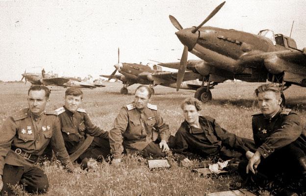 Летчики 190-го штурмового авиационного полка (весна 1944г.) / Pic. 1. Pilots of the 190th assault aviation regiment (spring of 1944)