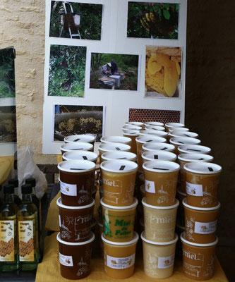 Miel de Printemps, Miel de Châtaignier sur le marché de la Ferme de La Pérotonnerie, 79120
