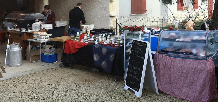 Bancs de vente de produits fermiers à La Ferme de La Pérotonnerie