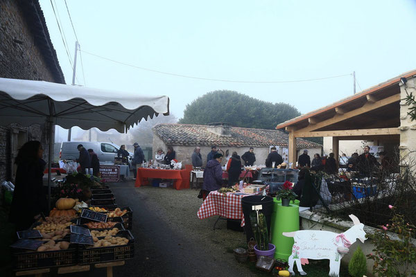 Vu d'ensemble d'un marché à la ferme à La Pérotonnerie de Rom dans les Deux-Sèvres