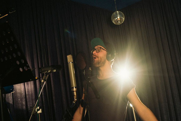 audiovision - mark forster singing in the  recordingroom