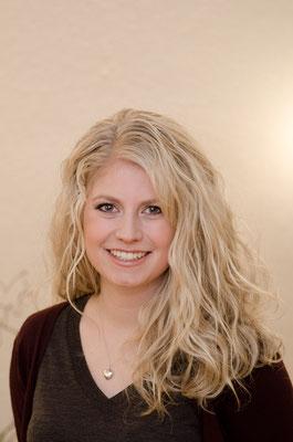 Junge Frau mit langen blonden Locken.