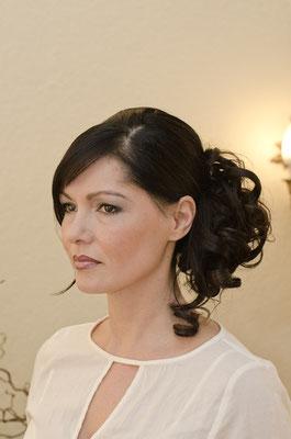Eine Braut mit glamouröser Hochsteckfrisur.