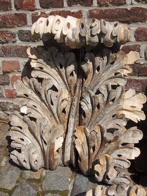 Feuille d'acanthe en bois, reconstitution de morceaux manquants (parties plus claires)