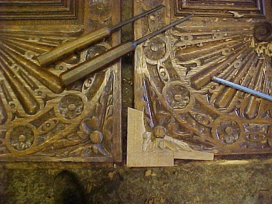 Réparation d'un coin de porte avec sculpture