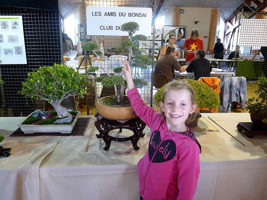 Une jeune amatrice des arbres miniatures.
