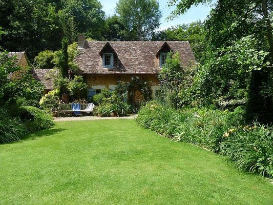 Une petite maison de conte de fée, nichée dans un écrin de verdure.