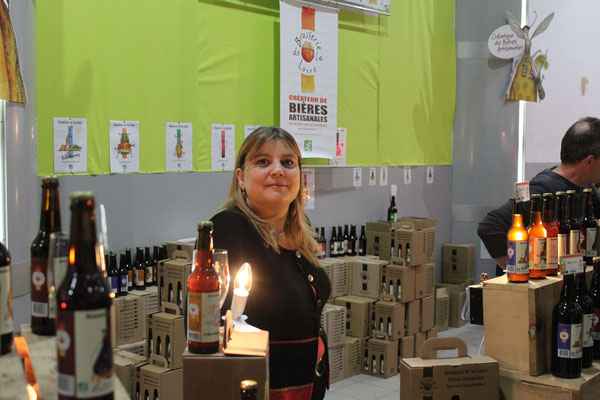 Anne-Laure fait découvrir sa bière à la fève de cacao