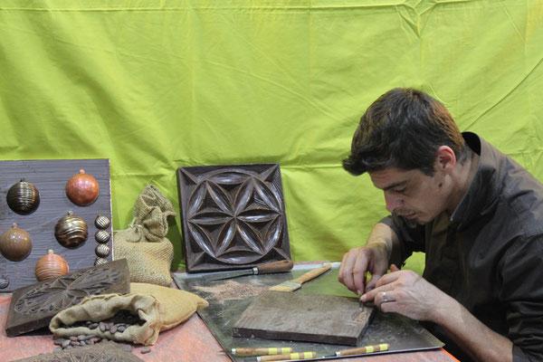 Romain Chambon sculpte des plaques de chocolat