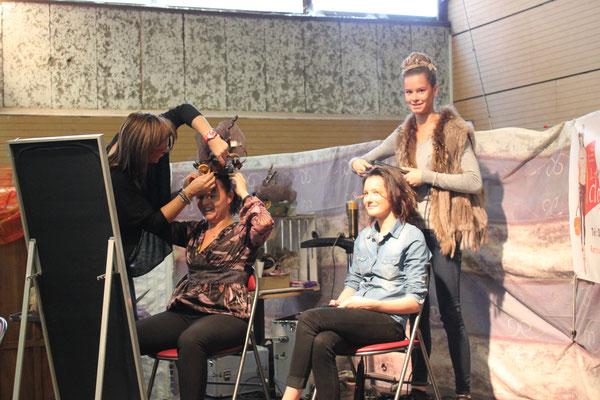 Sylvie Faure en pleine préparation des coiffures de défilés