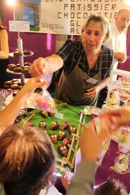 Madame Chaussat offre un cochon en chocolat