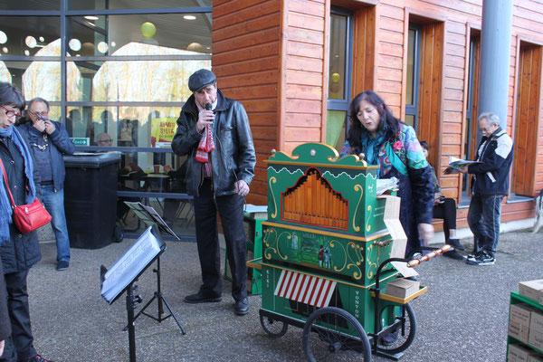 Kiki & Vonvon chante avec l'orgue de barbarie