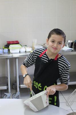 """Alexandre participe à l'atelier """"fondant au chocolat"""""""