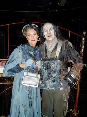 Jessica Fendler als Mrs. Pillbox und Gildo Horn als Marley