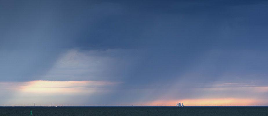 Segelschiff vor Regenfront, Ijsselmeer. In diversen Grössen (min. Foto-Format 38 x 17 cm). Preise: Ab 150 CHF.