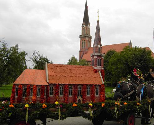 """Schmuckwagen zum Umzug """"100 Jahre Kirche St. Nikolaus"""" in Übersee"""