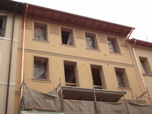 Decorazione fatta riprendendo un motivo storico, su palazzo in centro a Conegliano