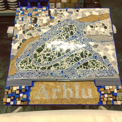 Allestimento di un evento aziendale, mosaico realizzato con elementi di scarto e realizzazioni centro tavola, tableau, e altri elementi personalizzati