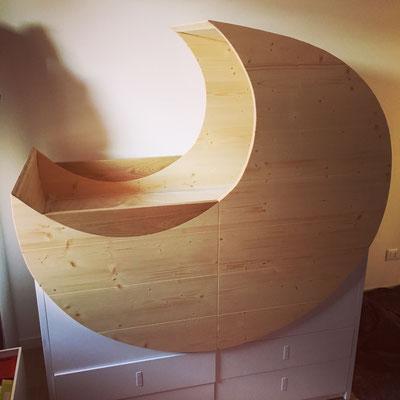 Progettazione e coordinazione per la realizzazione di una culla a forma di luna