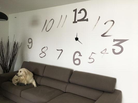 Decorazione di numeri su parete per installazione orologio, abitazione privata.