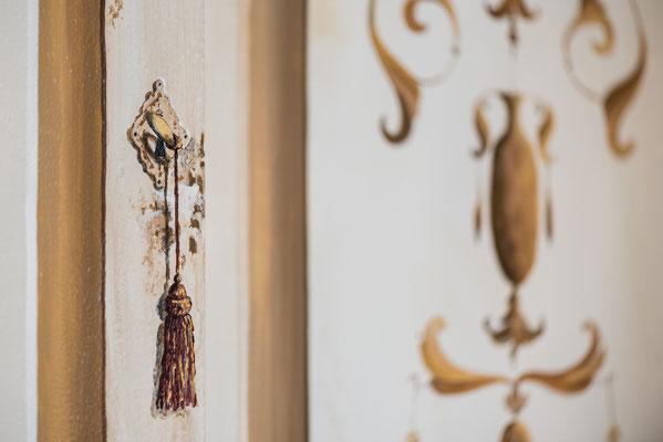 Decorazione di una porta ascensore con cornice, dettaglio finta chiave